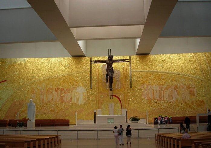 Intérieur de l'église de la sainte trinité à Fatima